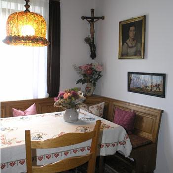 Ein großer Garten mit Liegestühlen ist zum Ruhen und Entspannen da. Sitzecken und ein Aufenthaltsraum laden zum Verweilen im Haus ein.
