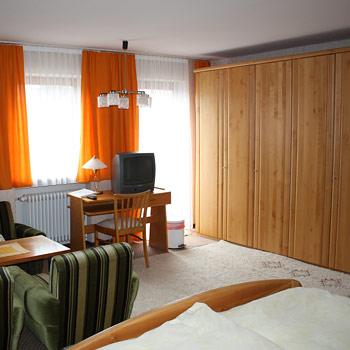 Einzel- wie Doppelzimmer sind gemütlich und modern eingerichtet